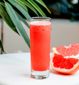 Grapefruit vers op de tafel