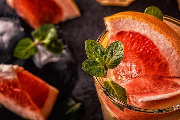 Grapefruit zelfgemaakte cocktail / detox fruit doordrenkt water, selectieve aandacht.