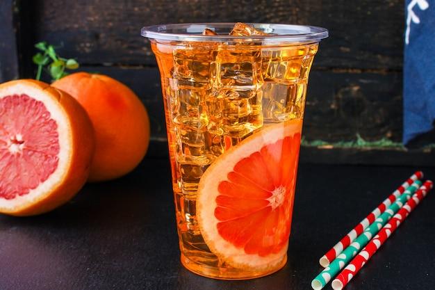 Grapefruitlimonade met ijs
