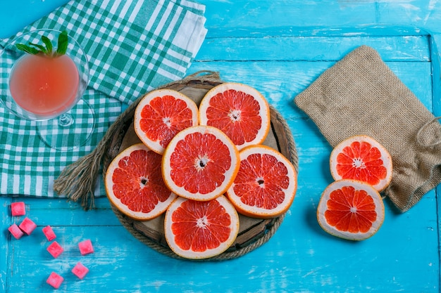 Grapefruitplakken met picknickkleed