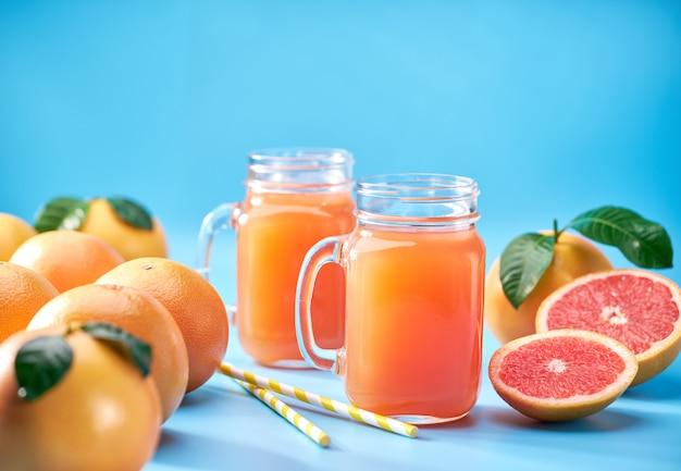 Grapefruitsap op een blauw. selectieve nadruk.