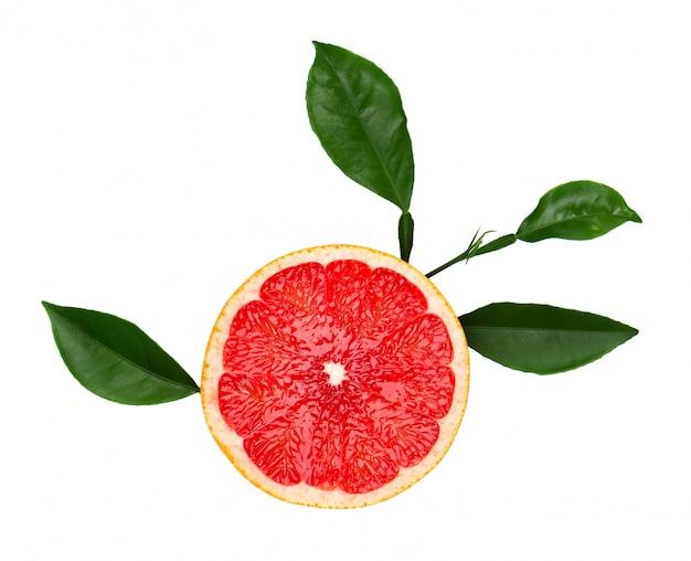 Grapefruitstuk op witte ruimte wordt geïsoleerd die. vers fruit. met uitknippad. verse grapefruit met groene geïsoleerde bladeren.