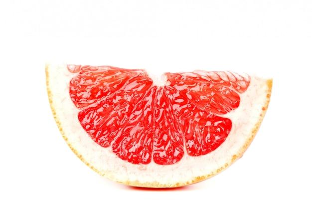 Grapefruitstuk op witte ruimte wordt geïsoleerd die. vers fruit. met uitknippad.