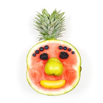 Grappig fruitgezicht dat over witte achtergrond wordt geïsoleerd