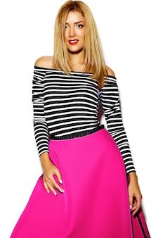 Grappig gek glamour modieus sexy glimlachend mooi blond jong vrouwenmodel in roze hipsterkleren in studio