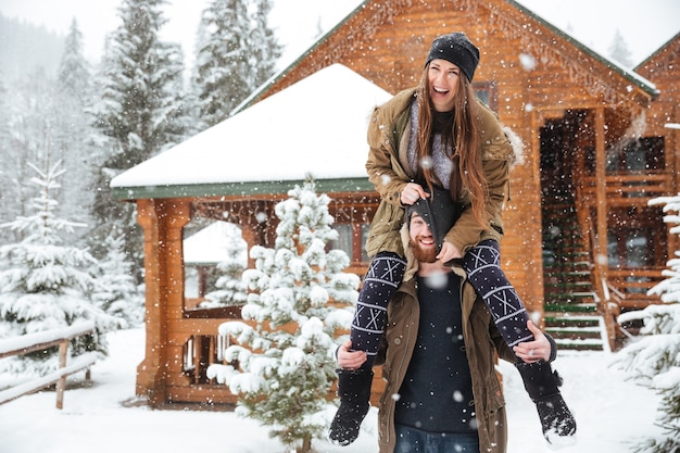 Grappig gelukkig jong stel dat samen plezier heeft in de winter