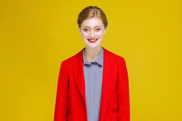 Grappig geluks rood hoofdmodel in de rode glimlach van kostuumtanden. studio-opname, geïsoleerd op gele achtergrond