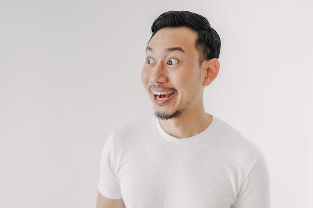 Grappig geschokt en verrast gezicht van de mens die op witte achtergrond wordt geïsoleerd
