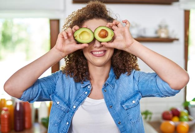 Grappig gezicht met avocado-ogen