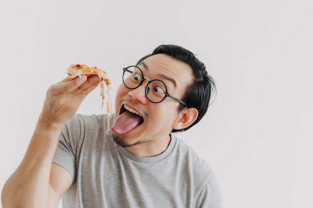 Grappig gezicht nerd man heeft kaasachtige pizza geïsoleerd op een witte achtergrond