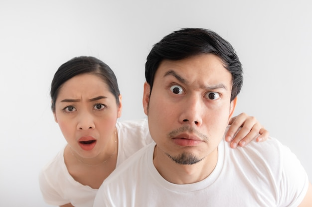 Grappig gezicht van geliefden paar in twijfel bij een ongelooflijk ding dat ze naar kijken
