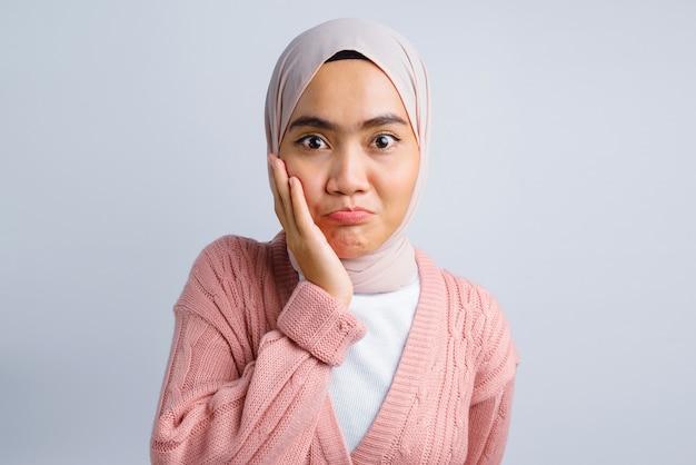 Grappig gezicht van mooie aziatische vrouw op wit