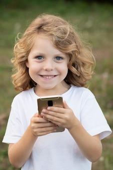 Grappig kind dat met lang haar mobiel houdt