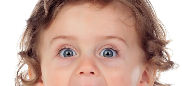 Grappig kind met mooie en expressieve ogen geïsoleerd op een witte achtergrond