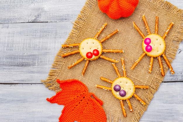 Grappig kindereten. eetbare spinnen, halloween-concept