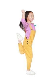 Grappig klein aziatisch kindmeisje in roze