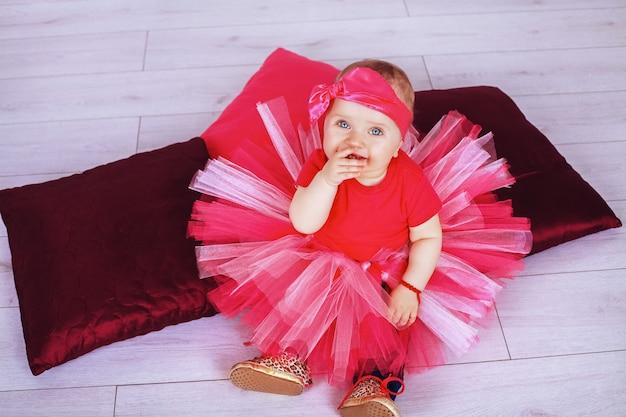 Grappig klein flirt in roze rok.