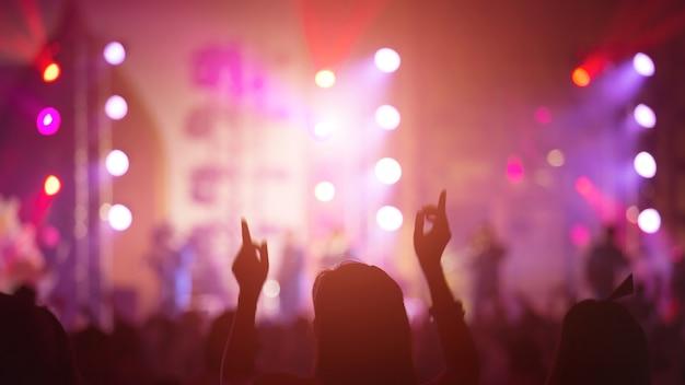 Grappig meisje hand in concert