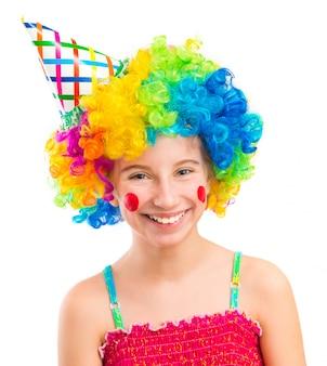 Grappig meisje in clownpruik op witte achtergrond wordt geïsoleerd die
