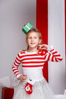 Grappig meisje in de afbeelding van het nieuwe jaar, met verschillende emoties.