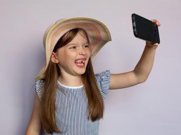 Grappig meisje maakt selfie door smartphone