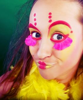 Grappig meisje met brigjt make-up