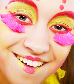 Grappig meisje met flamboyante make-up