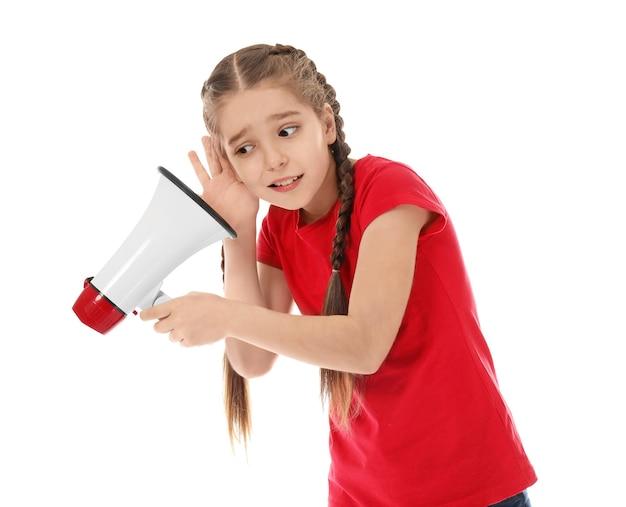 Grappig meisje met megafoon op wit