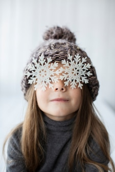 Grappig meisje met sneeuwvlokken als ogen