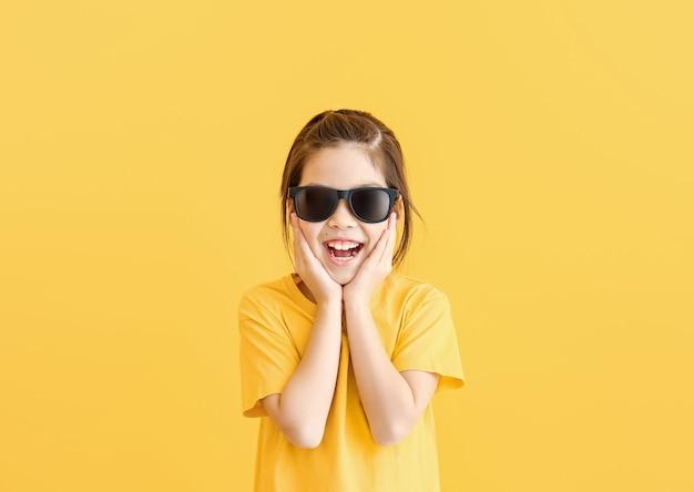 Grappig meisje met zonnebril op kleur