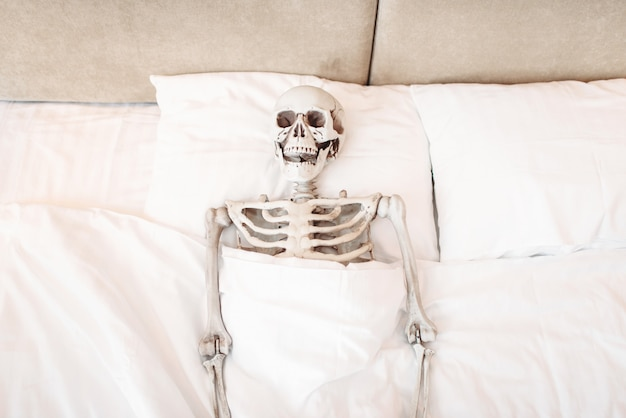 Grappig menselijk skelet ligt in slecht, bovenaanzicht. humor of grap concept