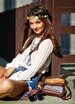Grappig modieus sexy het glimlachen het mooie jonge model van de hippievrouw in kleren die van de zomer de witte hipster in de straat stellen