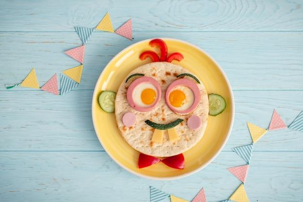 Grappig ontbijt voor kinderen met sandwich in gezichtsvorm