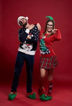 Grappig paar in geïsoleerde kerstmistijd