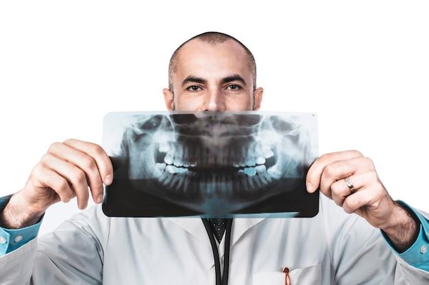 Grappig portret van een tandartsarts die een panoramische röntgenstraal houdt