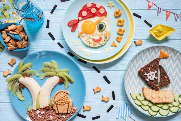 Grappig schattig piratenontbijt voor de kinderenjongens