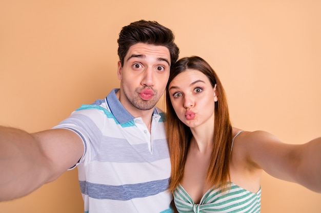 Grappig schattig schattig verliefd stel selfie te nemen