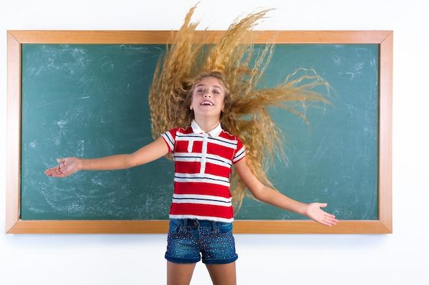 Grappig studentenmeisje dat lang haar wegknipt op school