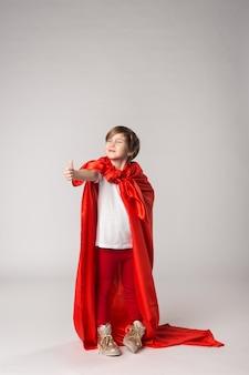 Grappig superheldenmeisje geeft duimen omhoog