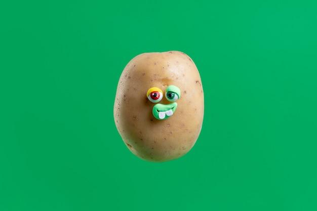 Grappige aardappel met gezichtssticker