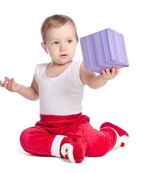 Grappige baby in santa claus-broek op witte achtergrond