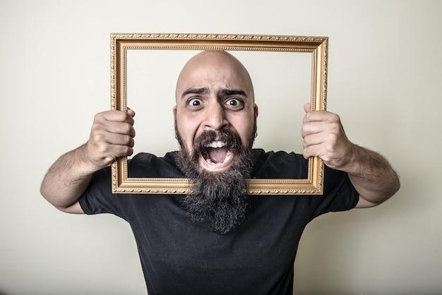 Grappige bebaarde man met gouden frame