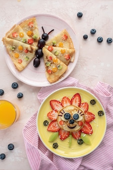 Grappige bloempannenkoek met bessen voor kinderontbijt