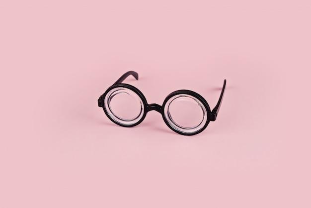 Grappige bril met ronde bril op roze achtergrond