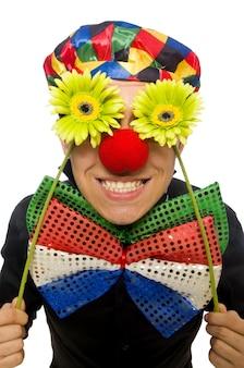 Grappige clown met bloemen die op wit wordt geïsoleerd