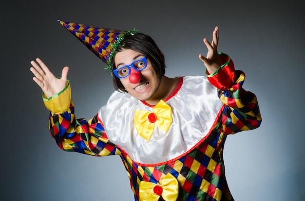 Grappige clown op donker