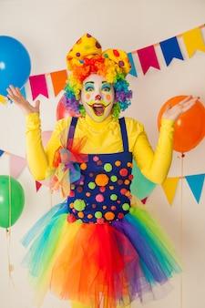 Grappige clown op een kleurrijk feest