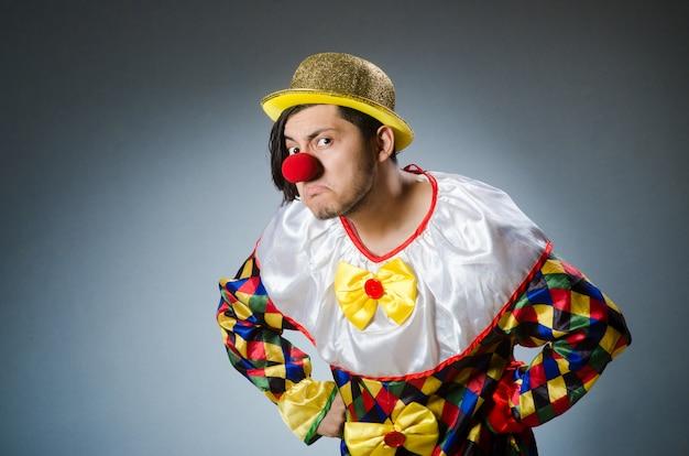 Grappige clown tegen donker