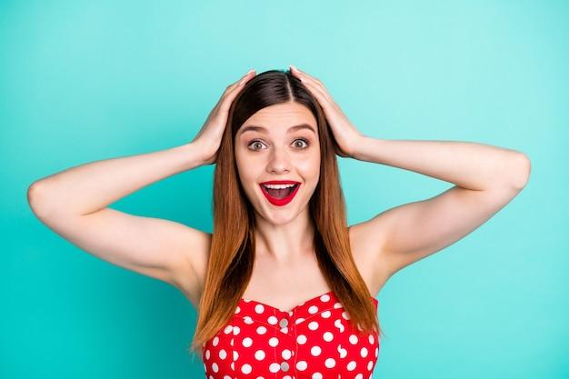 Grappige dame open mond luister geweldig nieuws armen op hoofd