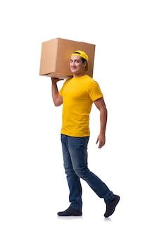 Grappige die bezorger met doos op wit wordt geïsoleerd